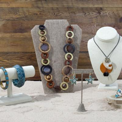 8 reasons to use burlap jewelry displays